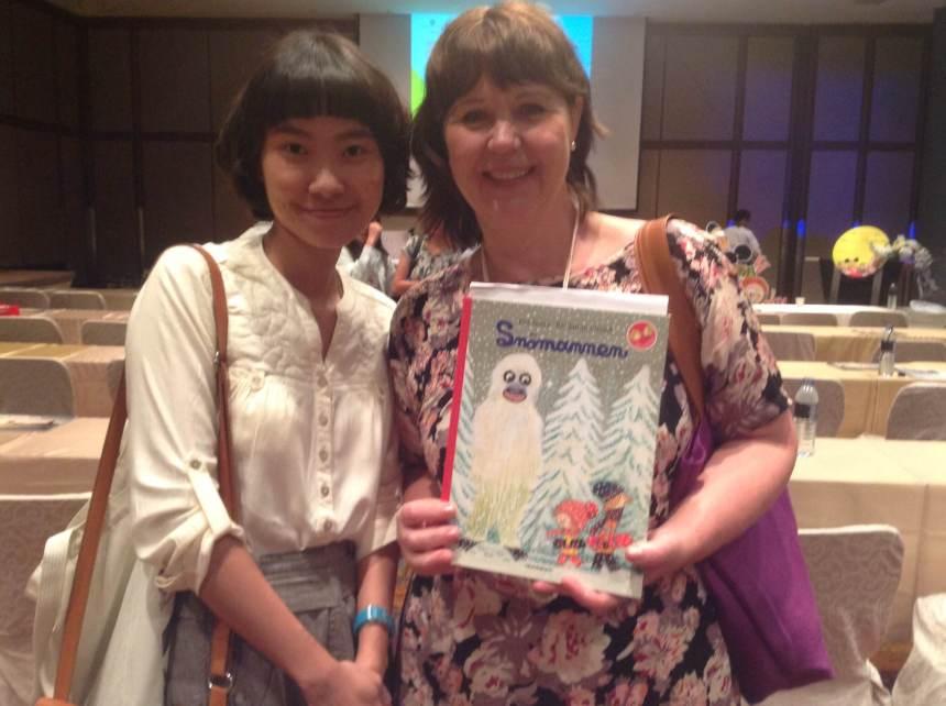 me and Eva Susso : ) คุณเอวาให้หนังสือที่ชื่อว่า Snömannen หรือ The Snowman มาเป็นที่ระลึกด้วยค่ะ